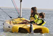 mini-catamaran pour enfants de 8 à 12 ans, club nautique de penestin, sud morbihan