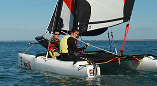 Catamaran-adolescents-adultes-cours-stages-centre-nautique-penestin-morbihan