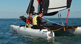 catamaran adolescents et adultes, cours de voile pendant les vacances